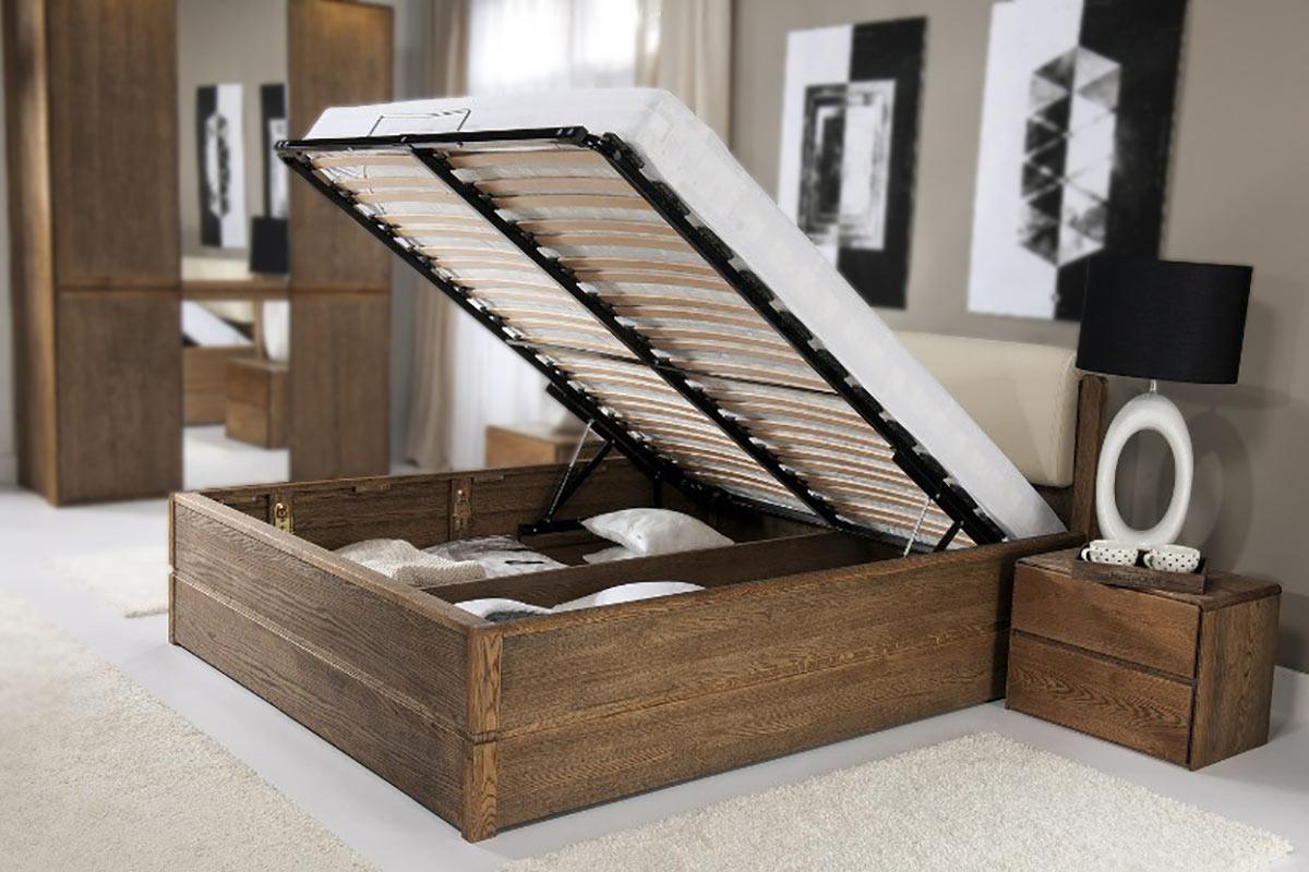 Táto vysoká posteľ z dubového dreva kombinovaného s dubovým dekorom ukazuje, že aj posteľ môže byť multifunkčným kusom nábytku.